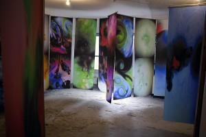 写真やビジュアルデザイン、それぞれの部屋の雰囲気に合わせた作品が展示されました。